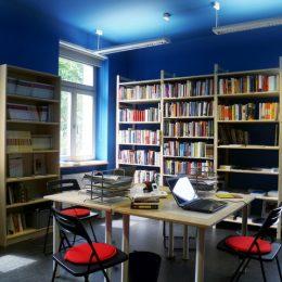 Blauer Raum in der Villa Augustin, Dresden mit Tischen und Bücherregalen
