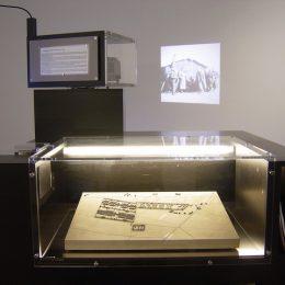 Vitrine als Teil der Ausstellung in der Gedenkstätte Ehrenhain, Zeithain