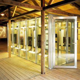 Glaskasten als Ausstellung in der Gedenkstätte Ehrenhain, Zeithain