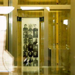 Beleuchtete Vitrne der Ausstellung in der Gedenkstätte Ehrenhain, Zeithain, Vitrine mit Fotos
