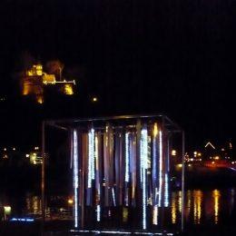 Icecube Lichtskulptur im Kurort Rathen von Ruairí O'Brien bei Nacht, Skulptur mit LED-Beleuchtung im dunkeln