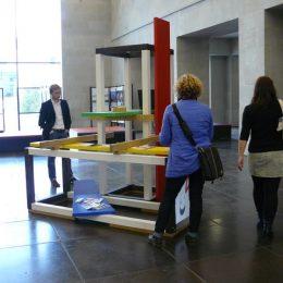 """Ausstellungsinstallation """"micromuseum architektur"""" von Ruairí O'Brien, Besucher beim Anschauen"""