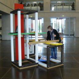Deutscher Architektentag 2011 mit einem Ausstellungsstück aus bunten Holzbalken