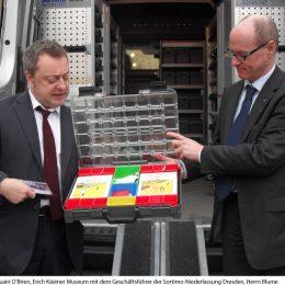 Ruairí O'Brien mit dem Geschäftsführer der Sortimo-Niederlassung Dresden, Vorstellung eines Koffers des EK Museumsmobils