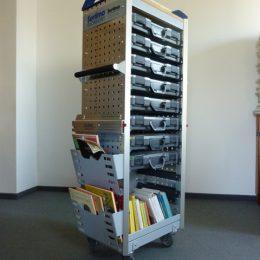 Erich Kästner Museumsmobil in Dresden, Rollbarer Aktenaufbewahrer mit vielen Koffern und Büchern
