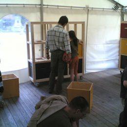 Edubox in Jena, Kinder untersuchen die Ausstellungsobjekte aus bunten Kästen