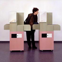 Micromuseum Luise+Lotte, 2 gleiche Ausstellungselemente un pink und grau
