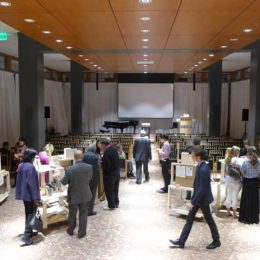 Travelling Micromuseum Exhibition in Washington , Besucher laufen durch die Ausstellung