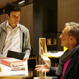 Ruairí O'Brien bei einem Gespräch mit einem Besucher der Travelling Micromuseum Exhibition in Washington D.C.