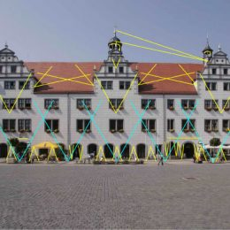 Rathaus Torgau am Tag mit Einzeichnung von Beleuchtungsstrahlen
