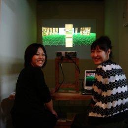 2 Frauen bei der Travelling micromuseum Exhibition in Tokyo