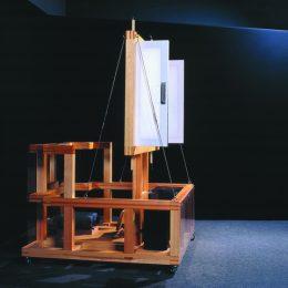 Hologram Machine im Deutschen Hygiene Museum aus Holz und Drahtseilen