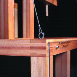 Detail des Fluegelaltar des Virtuellen Menschen. Holzkonstruktion mit Stahlseil.