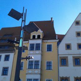 Lichtmast auf dem Obermarkt Freiberg am Tag