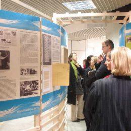 Besucher beim Lesen der Ausstellungsinformationen