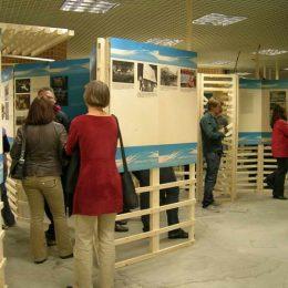 Ausstellung zum 20jährigen Jubiläum der Friedlichen Revolution, Besucher erkunden die Ausstellungsposter