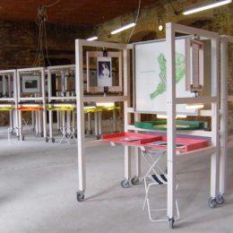 Gartenpost Fürst Pückler in England Ausstellung, Ausstellungselemente aus Holz mit farbigen Elementen