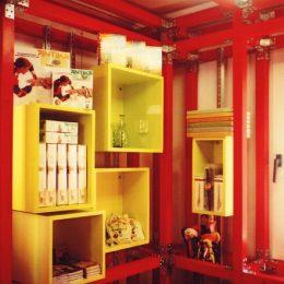 Museumscontainer Landesamt für Archäologie Sachsen in rot mit gelben Boxenelementen