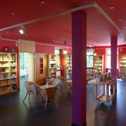 Lesecafé in der Villa Augustin mit roten Wänden und Säulen