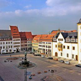 Der Obermarkt in Freiberg am Tag. Das Rathaus wird von der Sonne angestrahlt.