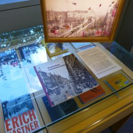 Viele Bücher von Erich Kästner als Ausstellungsstücke in einer Glasvitrine.