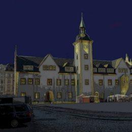 Eine Zeichnung vom Rathaus in Freiberg mit entsprechender Beleuchtung für die Dunkelheit.