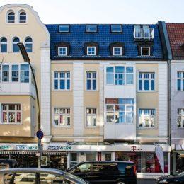Die Erdgeschossgestaltung in der Bahnhofstraße Berlin-Lichtenrade mit verschiedenen Geschäften. Fassadenansicht.