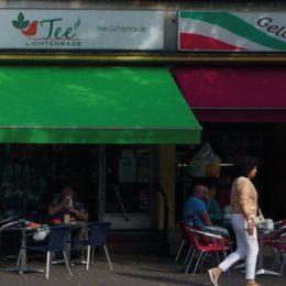 Grüne und pinke Markisen vor einer Eisdiele auf der Bahnhofstraße.