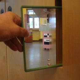Ein Spiegel als Teil des interaktiven Micromuseums Erich Kästner.