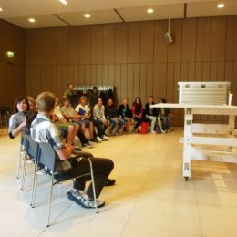 Eine Schulklasse beim Museumslabor in Dresden.