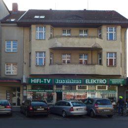Ein Gebäude in der Bahnhofstraße Berlin-Lichtenrade. Im Erdgeschoss befindet sich ein Geschäft.