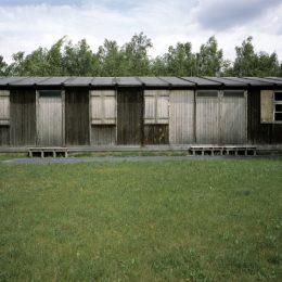Eine Baracke aus Holz im ehemaligen Kriegsgefangenenlager Ehrenhain Zeithain.