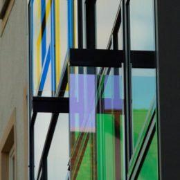 Das Bild zeigt im Detail dichroitisches Glas der Hologrammfassade in Jena.