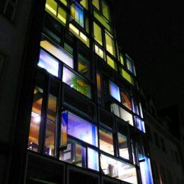 Die von innen beleuchtete Hologrammfassade in Jena bei Nacht.