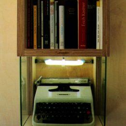 Eine Schreibmaschine als Ausstellungstück im Erich Kästner Museum Dresden.