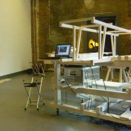 Eine interaktive Skulptur, entwickelt von Ruaií O'Brien, für die Staatliche Kunstsammlung Dresden. Die Skulptur besteht überwiegend aus Holz und verschiedenen kleineren Arbeitsutensilien.