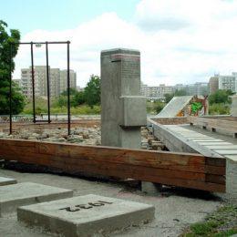 Große Betonplatten auf dem Boden des Plattenbaumuseums Betonzeitschiene mit Jahreszahlen.