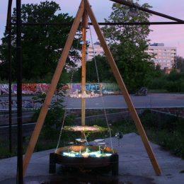 """Die Skulptur """"Eating The Light"""" von Ruairí O'Brien. Sie stellt eine Art Grill dar."""