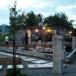 Das Plattenbaumuseum Betonzeitschiene in Dresden mit Besuchern. Betonplatten auf dem Boden und massive Betonpfeiler prägen das Bild.