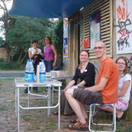Besucher des Plattenbaumuseums in Dresden. Es diente als Treffpunkt für Anwohner aus der Gegend.