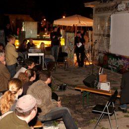 Besucher uns Anwohner treffen sich im Plattenbaumuseum in Dresden am Abend.